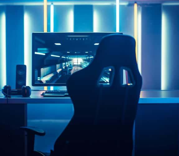 Console di gioco illuminata con luci al neon colorate
