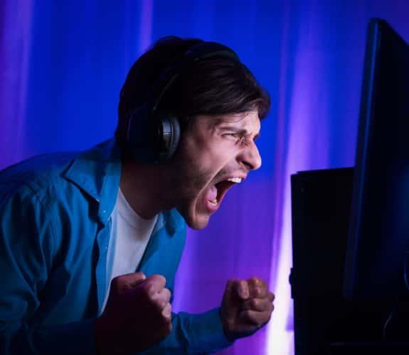 Primo piano di ragazzo esultante mentre gioca a un video game